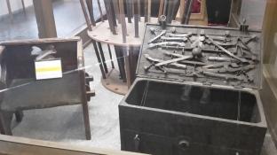 Stuhl auf dem man sitzen musste um sich verspotten zu lassen und Kiste