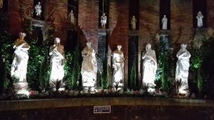 Statuen am Hotelplatz