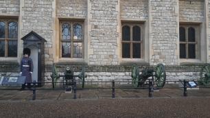 Wache vor dem Gebäude mit den Kronjuwelen