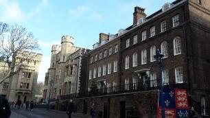 Häuser im Tower ganz hinten in weiß: Das Kriegsmuseum