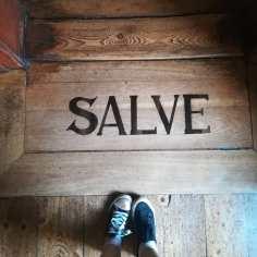 """""""Salve"""" steht auf der Türschwelle zum Obergeschoss in Goethes Wohnhaus"""