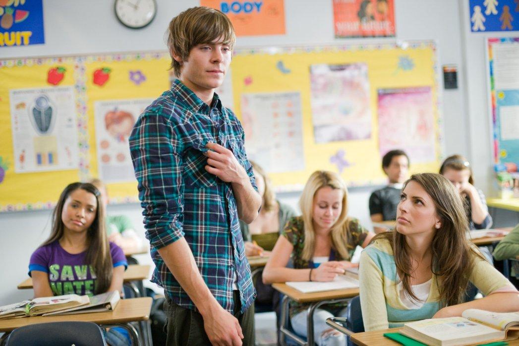Passion of Arts, Zac Efron hält eine Rede in einem Klassenzimmer. Die anderen hören ihm gebannt zu