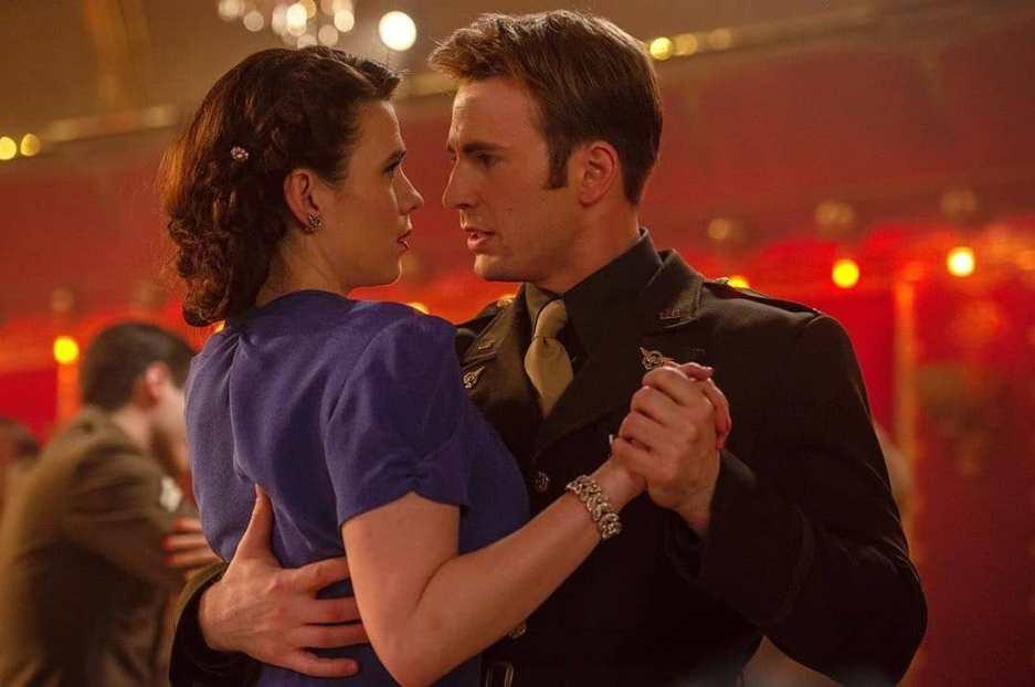 Peggy und Steve tanzen und schauen sich dabei tief in die Augen